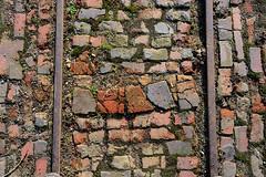 Schienen der Lorenbahn auf dem Gelände der KZ Gedenkstaette Neuengamme