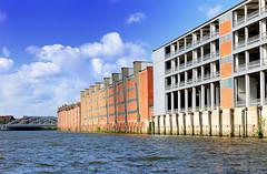 Fassaden der Speichergebäude und Parkhaus am Dessauer Ufer des Saalehafens in Hamburg Kleiner Grasbrook.