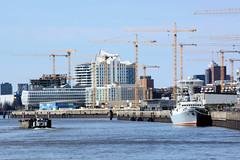 Bilder aus dem Hamburger Stadtteil Hafencity. Das Kulturschiff Stubnitz liegt am Kirchenpauerkai - im Hintergrund Baukräne am Strandkai.