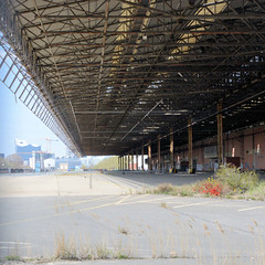 Bilder aus dem Kleinen Grasbrook, Stadtteil in Hamburg -  Übersee Zentrum; überdachte Lagerrampe - im Hintergrund die Architektur der Hafencity.