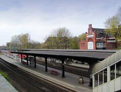 Haltestelle  Bahnhof Hasselbrook in Hamburg Eilbek; im Hintergrund das alte Empfangsgebäude. (2001)