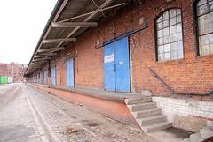 Lagerhalle mit Laderampe und Schiebtoren - Bahngleise im Kopfsteinpflaster; ehem. Hamburger Freihafengebiet