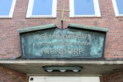 Fotos aus dem Hamburger Stadtteil Niendorf, Bezirk Eimsbüttel; Fassadentafel Gemeidehaus.