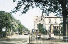 Historische Ansicht vom Niendorfer Markplatz, re. das Kriegerdenkmal - im Hintergrund eine Straßenbahnhaltestelle.