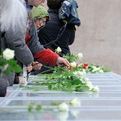 Festakt zur Einweihung des Gedenkorts denk.mal Hannoverscher Bahnhof im Lohsepark in der Hamburger HafenCity. Die Tafeln mit den Namen der über 8000 deportenierten Juden, Sinti und Roma werden zum Gedenken mit weissen Rosen geschmückt.