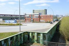 Bilder aus dem Kleinen Grasbrook, Stadtteil in Hamburg -  Übersee Zentrum; Flutwand am Holthusenkai - Verwaltungsgebäude
