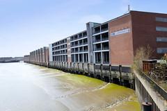 Bilder aus dem Kleinen Grasbrook, Stadtteil in Hamburg -  Saalehafen; Parkhaus und Lagerhäuser am Dessauer Ufer..