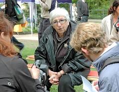 Fernsehinterview von Esther Bejarano am Platz der Bücherverbrennung am Isebekkanal. (2006)