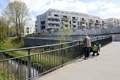 Fotos vom ehem. Güterbahnhof Lokstedt, Hamburg Groß Borstel.  Neubebauung des Geländes der Bahnanlagen - Bebbauungsplan Groß Borstel 25 -  Bau von 750 Wohnungen; Brücke über die Tarpenbek.