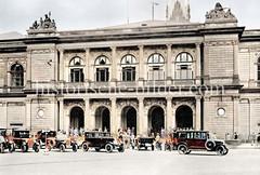 Ansicht der Hamburger Börse in der Alstadt - Autos parken auf dem Adolphsplatz - Menschen auf der Treppe des Börsengebäudes, ca. 1923.