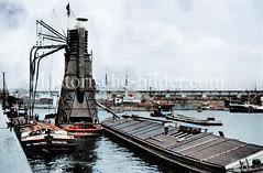 Schwimmender Getreideheber bei der Arbeit im Hamburger Hafen; von einem Schiff wird per Dampfkraft mit Saugleitungen entladen und wieder auf einem weiteren Frachter / Oberländer Kahn  geladen   (ca. 1923)..