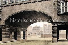Blick durch die Passage am Chilehaus über den Hamburger Zollkanal zur alten Bebauung am Teerhof / Wandrahm. (ca. 1925)
