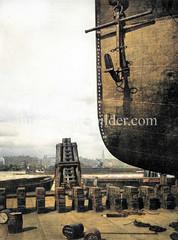 Schiffsbug auf einer Werft am Reiherstieg - im Hintergrund das Panorama Hamburgs.