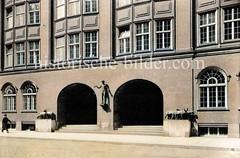 Eingang des Klöpperhauses an den Langen Mühren in der Hamburger Alstadt. Das Kontorhaus wurde 1913 errichtet - Architekten Fritz Höger / Schumacher - Bronze Schafsgruppen, August Gaul.