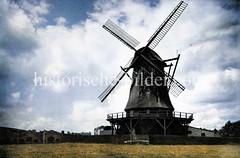 Windmühle auf dem Heiligengeistfeld in Hamburg St. Pauli - im Hintergrund lks. Gebäude des Schlachthofs (ca. 1925).