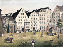 Oberer Teil der Bergstraße in der Hambuger Altstadt - der Platz wurde als Berg bezeichnet. In der Bildmitte das Amtshaus / Herberge der Schmiede, Hutmacher - re. ein Brunnenhäuschen.