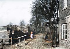 Altes Bild vom Stadtdeich in Hamburg Hammerbrook - Holzlager, Kopfsteinpflaster - Hausfrau mit Korb, ca. 1890.