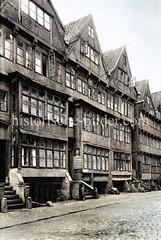 Alte Wohnhäuser - Straße mit Kopfsteinpflaster; Herrlichkeit in der Hamburger Altstadt ca. 1925.