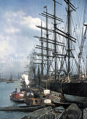 Historische Ansicht vom Umladen der Ladung vom Segler Potosi auf Schuten am Australia Kai im Hamburger Indiahafen, ca. 1905.