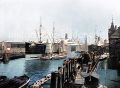 Das Frachtschiff / Passagierschiff Pennsylvania liegt im Hamburger Hafen - über einen Getreideheber wird die Ladung in einen Frachtkahn gelöscht (ca. 1910)