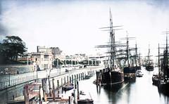Frachtsegler liegen im Hamburger Niederhafen, lks. das Hafentor und das Johannisbollwerk.