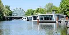 Hausboote im Hochwasserbecken in Hamburg Hammerbrook - im Hintergrund der Berliner Bogen.