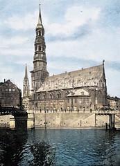 Blick über den Zollkanal zur Hamburger Hauptkirche St. Katharinen, erstmals 1256 erwähnt - im Hintergrund der Kirchturm der St. Nikolaikirche (ca. 1890)