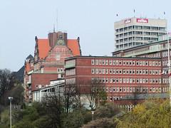 Ehem. Navigationsschule, errichtet 1905 - Architekt Albert Erbe. Rechts das ehm. Verwaltungsgebäude der Astra-Brauerei, errichtet 1970 - Architekten u.a. , Horst von Bassewitz.  (2002)