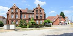 Fotos aus der Stadt Ludwigslust  im Landkreis Ludwigslust-Parchim im Bundesland Mecklenburg-Vorpommern; Backstein - Mehrfamilienwohnhaus in der Bahnhofstraße - re. der Bahnhofsplatz.