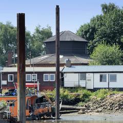 Blick von der Billwerder Bucht auf Hafenanlagen und ein octogonales Gebäude auf dem Gelände des ehem. Wasserwerks Kaltehofe in Hamburg Rothenburgsort.