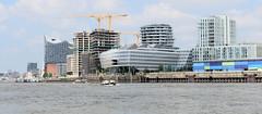 Panorama der Gebäude am Standkai in der Hamburger Hafencity - im Hintergrund die Elbphilharmonie.