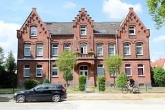 Fotos aus der Stadt Ludwigslust  im Landkreis Ludwigslust-Parchim im Bundesland Mecklenburg-Vorpommern; Backstein - Mehrfamilienwohnhaus in der Bahnhofstraße.