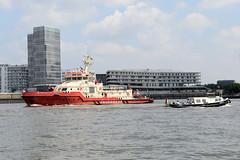 Löschboot / Feuerwehrboot Branddirektor Westphal auf der Norderelbe - im Hintergrund das Gebäude der Hafencity Universität am Baakenhafen.