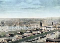 Blick über die Zollanlagen / Haken von Hamburg Rothenburgsort - Zollhäuser, Zollabfertigung ander Elbe vor Hamburg - Elbbrücken; im Hintergrund der hohe Schornstein auf dem Grasbrook und Schiffsmasten im Segelschiffhafen.