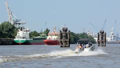 Schiffsverkehr auf der Norderelbe - Motorboot und Löschboot Branddirektor Westfahl in Fahrt  - der Frachter Phantom liegt am Holthusenkai.