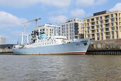 Kulturschiff MS Stubnitz am Kirchenpauerkai - im Hintergrund Neubauten / Wohnhäuser der Hamburger Hafencity.