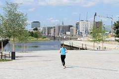 Blick vom Amerigo-Vespucci-Platz auf den Baakenhafen; der 2021 eröffnete Platz soll Mittelpunkt für das öffentliche Leben des Quartiers Elbbrücken werden.