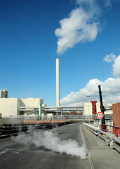 Die Müllverwertungsanlage an der Borsigstrasse in Hamburg Billbrook wurde 1931 in Betrieb genommen und ersetzte die stillgelegte Anlage am Bullerdeich.Strasse zur Müllver- wertungsanlage - Dampf steigt aus dem Gulli .