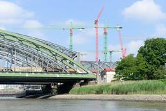 Blick auf die Freihafenelbbrücke über die Norderelbe in Hamburg Rothenburgsort / Hafencity -  re. Baukräne der Hafencity und die Haltestelle Elbbrücken.