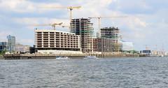 Neubauten / Baustellen mit Kränen am Strandkai in der Hamburger Hafencity.