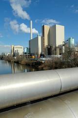 Die Müllverwertungsanlage an der Borsigstrasse in Hamburg Billbrook wurde 1931 in Betrieb genommen und ersetzte die stillgelegte Anlage am Bullerdeich. Fernwärmerohre über dem Tiefstakkanal.