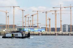 Schubschiff auf der Norderelbe, im Hintergrund Baukräne am Standkai in der Hamburger Hafencity.