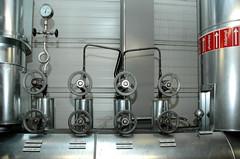 Die Müllverwertungsanlage an der Borsigstrasse in Hamburg Billbrook wurde 1931 in Betrieb genommen und ersetzte die stillgelegte Anlage am Bullerdeich. Rohre mit der Aufschrift 'Hilfsdampf' -  Räder für einen Schliessmechanismus.