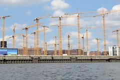 Baukräne am Strandhafen / Chicagokai in der Hamburger Hafencity.