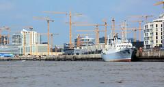 Fotos aus dem Hamburger Stadtteil Hafencity; das Kulturschiff MS Stubnitz liegt beim Kirchenpauerkai - im Hintergrund Baukräne am Standkai.