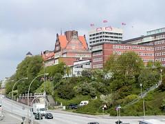 In der Bildmitte die ehem. Navigationsschule, errichtet 1905 - Architekt Albert Erbe. Rechts das ehm. Verwaltungsgebäude der Astra-Brauerei, errichtet 1970. (2002)