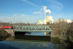 Die Müllverwertungsanlage an der Borsigstrasse in Hamburg Billbrook wurde 1931 in Betrieb genommen und ersetzte die stillgelegte Anlage am Bullerdeich. Eisenbahnbrücke über den Tiefstakkanal -  im Hintergrund die Müllverbrennungsanlage Borsigstr. mi