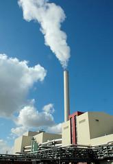 Die Müllverwertungsanlage an der Borsigstrasse in Hamburg Billbrook wurde 1931 in Betrieb genommen und ersetzte die stillgelegte Anlage am Bullerdeich; rauchender Schornstein - Wolken am blauen Himmel.