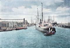Ein Frachter wird mit einem Schlepper in den Werfthafen von Blohm & Voss bugsiert.