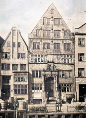 Historische Wohnhaus / Lagerhaus am Rödingsmarkt Nr. 60 in der Hamburger Altstadt - Portal mit Schnitzereien, abgebrochen 1895. Im Vordergrund die Kaimauer vom Rödingsmarktfleet.